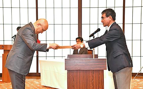 河野外務大臣から表彰を受ける川名副会長